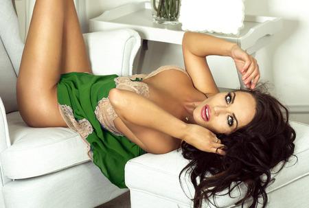 mujer desnuda sentada: Sexy mujer joven con el pelo largo posando en ropa interior, mirando a la c�mara. Estudio de disparo. Muchacha con maquillaje glamour.