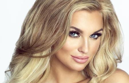 Romantique jeune femme blonde regardant la caméra. Photo de mode. Fille avec de longs cheveux sains et maquillage parfait. Studio, coup. Banque d'images - 46105487