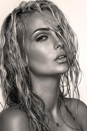 wet: Primer retrato de la belleza de la mujer sensual rubia con un maquillaje perfecto y el pelo mojado. Foto de archivo