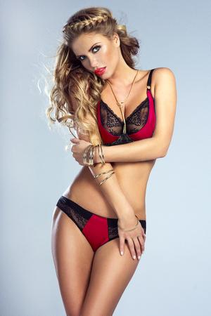 mujeres eroticas: Sexy rubia joven posando en ropa interior elegante, tiro del estudio. Chica con el pelo rizado largo. corporal ideal.