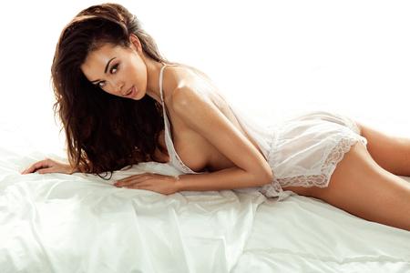femme brune sexy: Sensuelle jeune beauté brune posant. De longs cheveux en bonne santé. Fille regardant la caméra.