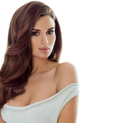 pelo castaño claro: Retrato de la belleza de la mujer morena natural con el maquillaje perfecto y el pelo sano largo. estudio de disparo.