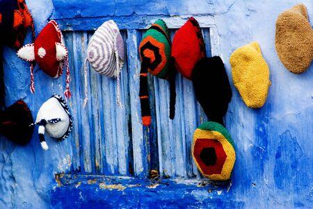 boinas: boinas de colores en el bazar en Marruecos Foto de archivo