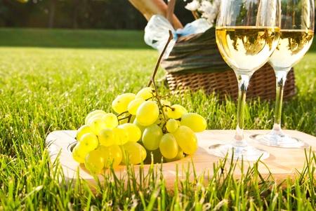 pan y vino: vino blanco y uvas Foto de archivo