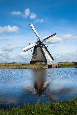 molinos de viento: viejo molino de viento en el campo holandés Foto de archivo
