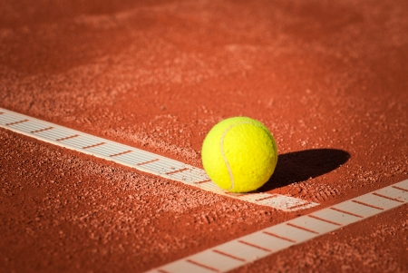 una pelota de tenis en tierra batida photo