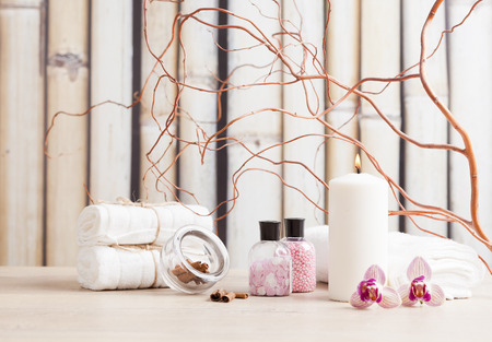 Spa- en wellness-omgeving met bloemen, kaarsen en towe