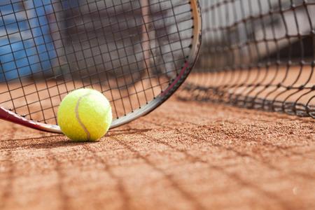Close-up van tennis racket en bal op de baan