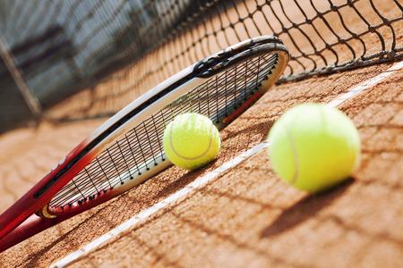 Close-up van tennis racket en ballen op de klei tennisbaan
