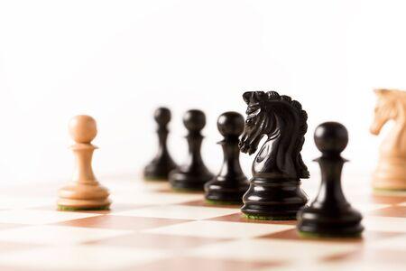 chess: Piezas de ajedrez negras en un tablero de ajedrez de pie en perspectiva Foto de archivo