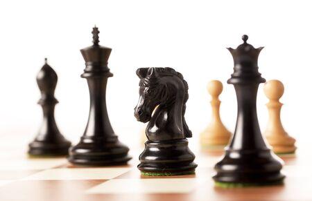 jugando ajedrez: Reproducción de piezas de ajedrez de madera