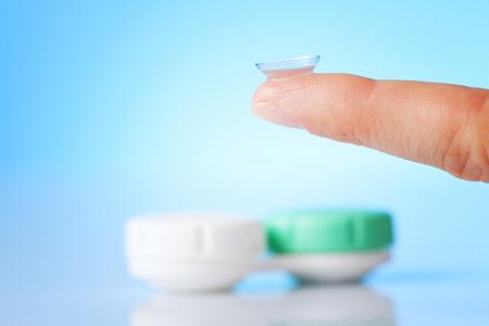 lentes de contacto: la lente de contacto en el dedo y un caso