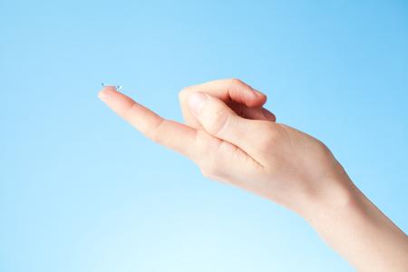 lentes de contacto: lente de contacto en dedo