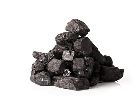 carbone: Pila di carbone isolato su sfondo bianco