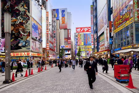 TOKYO, JAPAN CIRKA-MAY-2016: Akihabara district in Tokyo, Japan. The district is a major shopping area for electronic, computer, anime, games and otaku goods. 新闻类图片