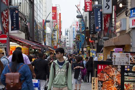 TOKYO, JAPAN CIRKA-MEI-2016: district Akihabara in Tokyo, Japan. De wijk is een groot winkelgebied voor elektronische, computer, anime, games en otaku goederen. Redactioneel