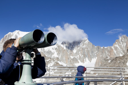 モンブラン山に双眼鏡で見ている少年