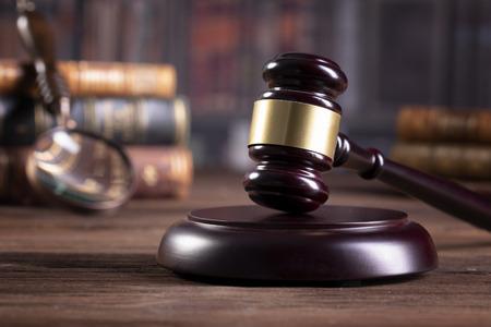 Mazo de madera del juez y libros de leyes, asuntos legales o casos. Foto de archivo