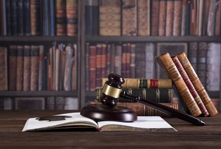 Anwaltskanzlei, Gesetzesbücher und hölzerner Richterhammer, Gesetzeskonzept Standard-Bild