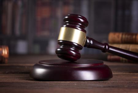 Mazo de madera del juez. Ley. Oficina del juez. Foto de archivo