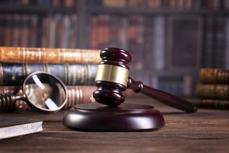 bufete de abogados, libros de derecho y mazo de juez de madera, concepto de derecho