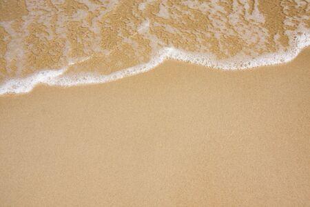 Ola de agua en la playa de arena clara Foto de archivo - 4999486