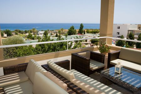 Zonnig balkon in restaurant over een zee