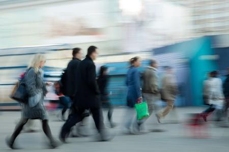 hetzen: Unscharfes Bild von Menschen beeilen sich morgens zur Arbeit Lizenzfreie Bilder