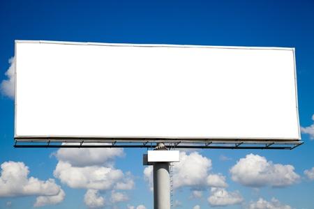 publicit�: Billboard vide sur un ciel bleu pour votre publicit�