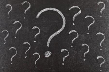 punto interrogativo: Punti interrogativi scritto sulla lavagna. Problemi da risolvere concetto.