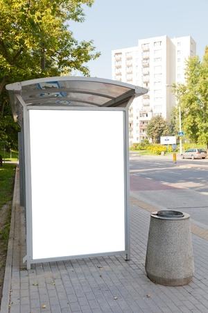 Blank billboard sur l'arrêt de bus pour votre publicité Banque d'images