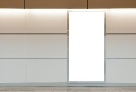 blank billboard: Vertical blank billboard auf eine helle Wand