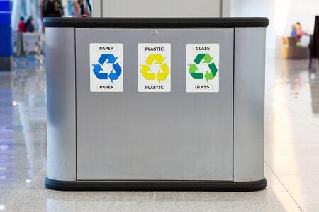 separacion de basura: Reciclaje de cubo de basura con separaci�n de pl�stico vidrio y papel