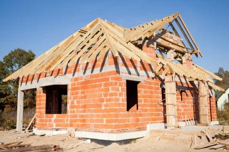 befejezetlen: Befejezetlen ház tégla, még építés alatt Stock fotó
