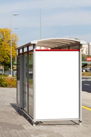 parada de autobus: Cartelera en blanco en la parada de autobús para su publicidad