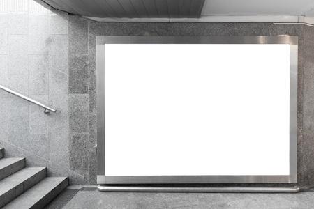 Blank billboard situé dans le hall souterrain