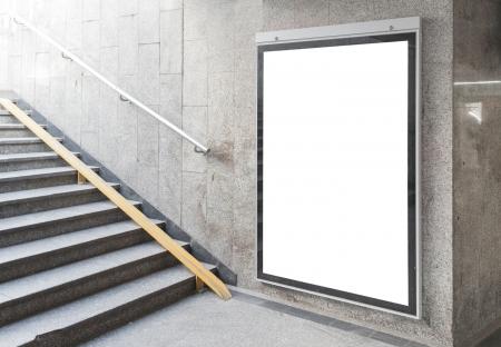 Cartelera en blanco o un cartel situado en la sala subterr?nea Foto de archivo