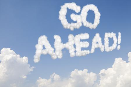 seguir adelante: Adelante texto concepto en las nubes en el cielo azul