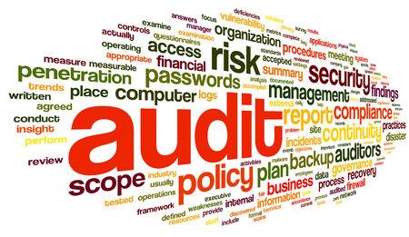 auditoría: Auditoría y cumplimiento en la palabra nube de etiquetas en blanco Foto de archivo