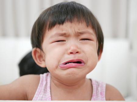 Pleurer bébé fille asiatique, 15 mois, avec des larmes