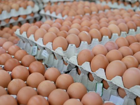 Slektiver Fokus von frischen Hühnereiern auf Tabletts zum Verkauf in einem Supermarkt, die bereit sind, von einem Kunden abgeholt zu werden