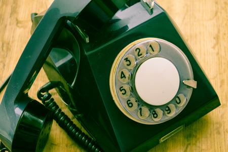 el viejo teléfono de disco de un medio de comunicación del pasado