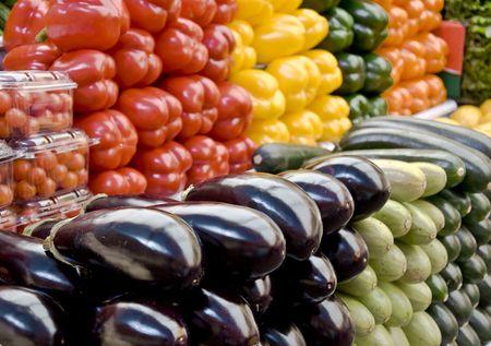 comercio: Indicaciones multicolores de hortalizas en el mercado de comestibles. Multicolored y frescura. Close-up, foco borrosa