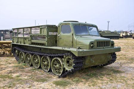 Ejército pesado todos ? terreno vehículo antiguo en pistas. Se usa para mover mercancías y pie.  Foto de archivo - 7673559