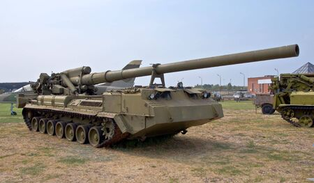 Heavy army self-propelled unit with a gun. Firing range of 30-35 km. Armored Army equipment.