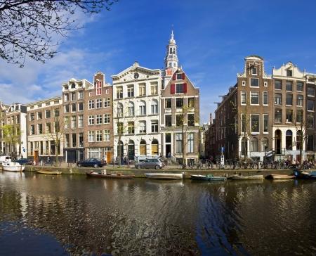 Amsterdam Life. Residential homes on the canal. Urban scene. Spring. Zdjęcie Seryjne - 10287320