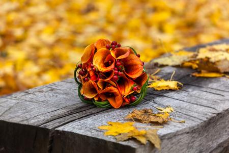 mazzo di fiori: autunno, bouquet da sposa, bouquet di autunno, matrimonio, nozze in autunno, la composizione, fiori e frutti di bosco, il design, la creatività, l'amore, la celebrazione Archivio Fotografico