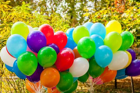 globos de cumpleaños: globos en parque del otoño Tiempo de otoño amarillo, globos multicolores, sobre el otoño, tema del otoño, diseño, creatividad