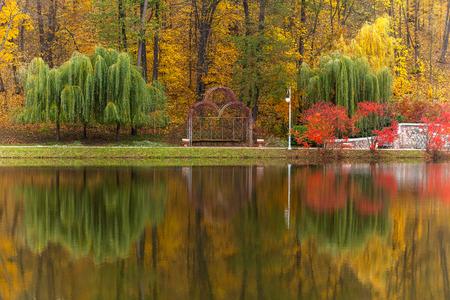 parque, otoño, naturaleza, panorama, paisaje, jardín, árboles de colores, la estación, el estado de ánimo de otoño, colores de otoño, el paisaje de otoño, parque de la ciudad, verde, amarillo, oro, hermoso, romance, amor Foto de archivo