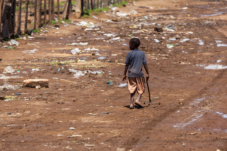 pobreza: Masai Mara, Kenia - 02 enero: Desconocido niño africano el 2 de enero de 2013 en Masai Mara, Kenia.